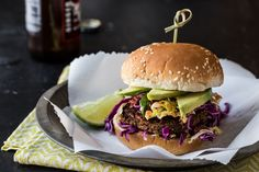 These vegetarian and vegan Jamaican Jerk Veggie Burgers are topped with a gingery homemade slaw and slices of avocado for a delicious meal. Vegetarian Thanksgiving Menu, Vegetarian Dinners, Vegetarian Recipes, Vegan Meals, Vegan Food, Meatless Burgers, Vegan Burgers, Burger Games, Flammkuchen Vegan