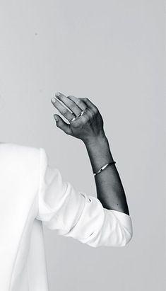 white blazer & simple jewelry jewelry worth at least g e … – … – Schmuck Ideen – Jewelry Fashion Mode, Trendy Fashion, Style Fashion, Young Fashion, Classic Fashion, Minimal Fashion, Ladies Fashion, Fashion Design, Jewelry Photography