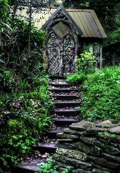 Fairy door... Awesome if you lived with a little woods and could have a secret hideout in the forest. Daydreamer.