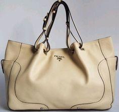 Prada Cowhide Leather shoulder bag, adatta alla primavera e all'estate. Il colore neutro la rende adatta a tanti outfits, la sua eleganza e particolarità arricchisce anche l'outfit più semplice