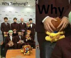 """Taehyung be careful! ""What the hell is that . ""Run Taehyung runnnnn . ------ ""Please don't eat me,"" Taehyung. K Pop, Bts Memes Hilarious, Bts Funny Videos, Bts Photo, Foto Bts, Bts Taehyung, Bts Jimin, Kpop Memes, Jung Yunho"