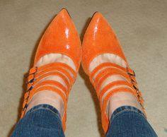 Enfin, je presente les chaussures oranges! - une femme d'un certain âge