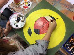 Ympäristötaideteos valmistumassa koulua ympäröivään aitaan.