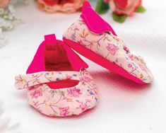 Fleece Lined Baby Shoes - Free sewing patterns - Sew Magazine Baby Sewing Projects, Sewing For Kids, Sewing Ideas, Sewing Patterns Free, Free Sewing, Fabric Letters, Baby Bracelet, Toy Puppies, Childrens Shoes