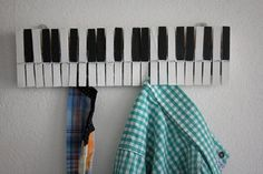 A cute piano key wall hanger. Could be an easy DIY project. Just pick up some clothespins, paint, wood glue, and a board! Homemade Home Decor, Diy Home Decor, Music Crafts, Diy Crafts, Vieux Pianos, Music Studio Room, Piano Keys, Diy Décoration, Easy Diy