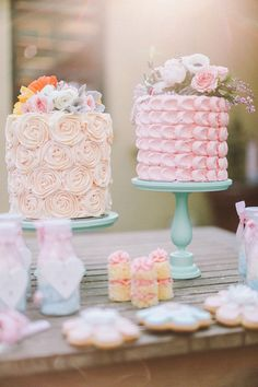 Pastel wedding cakes decorated with real flowers