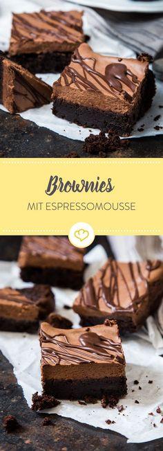Fudgy trifft luftig: Diese Brownies bekommen durch die Espressomousse ein besonders cremiges Topping und passen perfekt zu jeder Kaffeepause.