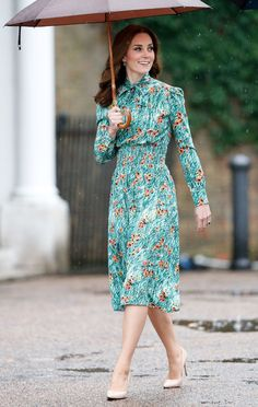 - Photo - Kate Middleton, Meghan Markle, Sophie Wessex and Queen Letizia show us how to wear the summer floral trend. See their floral frocks here – roses, poppies, all the blooms! Looks Kate Middleton, Estilo Kate Middleton, Kate Middleton Outfits, Kate Middleton Fashion, Pretty White Dresses, Floral Frocks, Prada Dress, Red Floral Dress, Floral Outfits