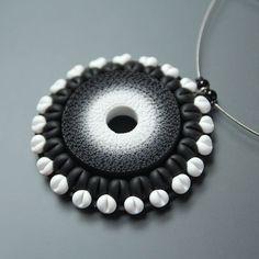 Květinka BW  Velikost fimového přívěsku je 5,4 x 5,4 cm... Délka náhrdelníku je 45 cm (+5cm prodlužující řetízek), navlečeno na silném lanku. Zapínání karabinka... povrchová úprava patina...