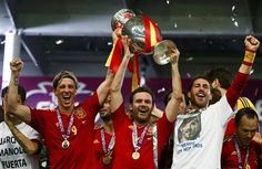 Spain's Fernando Torres, Juan Mata, Sergio Ramos and Andres Iniesta (L-R) lift up the trophy after defeating Italy to win the Euro 2012 final soccer match at the Olympic stadium in Kiev, July 1, 2012.