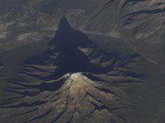 Une montagne des Andes, en Amérique du Sud, sur une photo partagée par l'astronaute américain Douglas Wheelock le 30 octobre 2010.  (Douglas Wheelock/AP/SIPA)