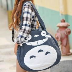 All the Totoro merchandise you wish you had that might end up killing your wallet! We will show you all the best Totoro paraphernalia that you can buy online and get your hands onto! Diy Sac Pochette, Cat Bag, Asian Cute, My Neighbor Totoro, Large Shoulder Bags, Large Bags, Large Tote, Cute Woman, Looks Cool