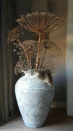 Beautiful bear claw in rustic vase - Ingrid - Wohnen - Flowers Deco Champetre, Deco Floral, Vases Decor, Wabi Sabi, Flower Vases, Dried Flowers, Rustic Decor, Rustic Vases, Floral Arrangements