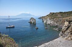 La spiaggia di Cala Junco a #Panarea | #eolie #aeolianisland #sicilia #sicily #italia #italy #travel #vacation #holiday