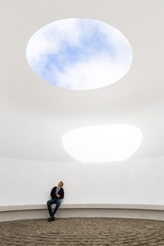 An elliptical domed chamber that James Turrell has designed as a space from which to view the sky, especially at twilight at Tremenheere Sculpture Gardens. James Turrell's work demonstrates influences from his life as a pilot, a light artist and a Quaker. Modern Art, Contemporary Art, Visual Arts Center, Installation Art, Art Installations, Lights Artist, James Turrell, Sculpture Art, Metal Sculptures
