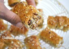 """Il y'a quelques années j'ai publié une recette de """"Baklawa Rolls"""" sur mon blog, je reçois toujours beaucoup de questions concernant la confection, la cuisson... J'ai décidé donc de vous faire une petite vidéo j'espère qu'elle vous plaira ;)"""