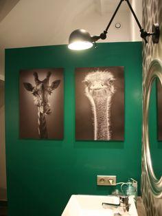 Rénovation salle de bain - papier peint peau de girafe, béton ciré, photographies animaux noir et blanc, vert emeraude, carreaux de ciment - D.CO by Maya Des bulles de couleurs dans votre intérieur...