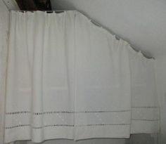 Rideaux en sous pente avec un drap ancien brodé