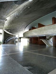 Hoy 30 de mayo es el aniversario del nacimiento del magnifico arquitecto Carlos Raul Villanueva, quien participó con su obra en la modernización de Caracas y otras ciudades de Venezuela. La Ciudad Universitaria #UCV es parte importante de su trabajo y patrimonio de la humanidad.