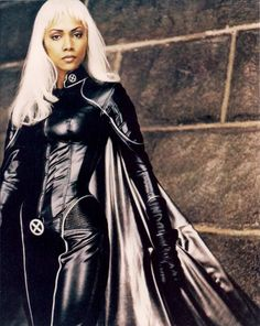 Marvel in film - 2000 - Halle Berry as Ororo Munroe / Storm (Tornade) - X-Men by Bryan Singer Halle Berry Storm, Halle Berry Hot, Xman Marvel, Marvel X, X Men, Storm Costume, Ororo Munroe, Marvel Comic Universe, Man Movies