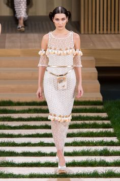 Défilé Chanel Haute Couture printemps-été 2016. La robe fourreau à manchettes brodée d'une guirlande fleurie.