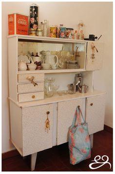 Mueble de comedor restaurado, frentes con empapelado liberty, vintage, romántico, muy EG