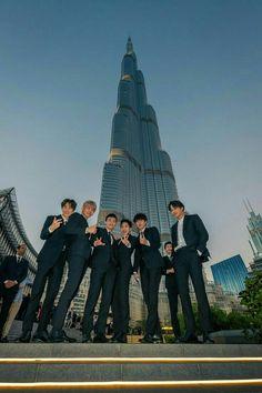 Here's 26 photos of EXO doing cool stuff and taking over Dubai Baekhyun Chanyeol, Kpop Exo, Exo Chanyeol, Park Chanyeol, Exo Album, Exo Official, Exo Lockscreen, Xiuchen, Kim Minseok