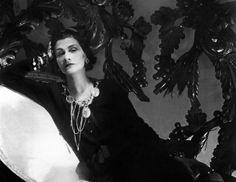 http://www.lexpress.fr/pictures/320/163920_photo-de-coco-chanel-la-creatrice-de-haute-couture-prise-en-1944-a-paris.jpg
