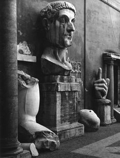 Fragments of the colossal statue of Constantine The Great, Palazzo dei Conservatori, Rome, 1954 - Edwin Smith Ancient Rome, Ancient Art, Ancient History, Vintage Italian Posters, Vintage Photos, Constantine The Great, History Of Photography, Monochrome Photography, Archaeology