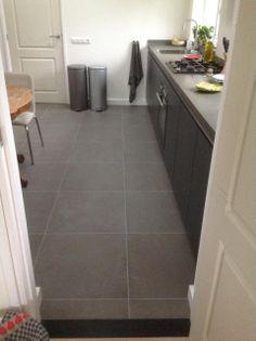 Tegelvloer betonlook antraciet 100 x 100 cm woonkamer keuken totaal project tegelvloer - Kleur wc deco ...