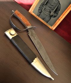 "Bowie knife of the lineage of the ""D"" guard With a blade forged in complex Turkish damask in three steel: 15n20, 5160 and 1070, has a guard in 1070 and 15N20 pattern welded engraved with floral motifs. The same material was used in the collar and the disarmament nut. The handles are Wenge wood and nickel silver spacers ornamented with a file work."