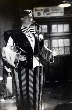 David Bowie (with Joey Arias and Klaus Nomi) get in on the Dada look, Sonia Delaunay costume inspired, on Saturday Night Live, 1979 Sonia Delaunay, Saturday Night Live, Glam Rock, Joey Arias, David Bowie Born, Bowie Starman, The Thin White Duke, Major Tom, Ziggy Stardust