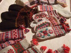 Sami Duodji by Juanjo Marin Knitting Stitches, Knitting Designs, Hand Knitting, Knitting Patterns, Knit Mittens, Knitted Gloves, Lofoten, Scandinavian Folk Art, How To Purl Knit