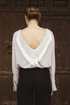 Camisa abierta en V GREY con flecos beige y grey en la espalda