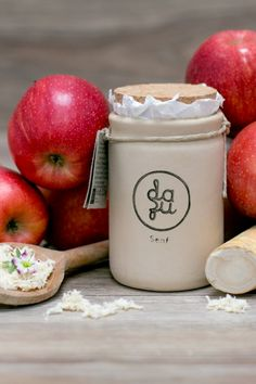 Am burgenländischen Biohof Rohrauer entsteht dieser handgemachte Apfel-Kren-Senf, der wunderbar zur Brettljause und zum Verfeinern von deftigen Gerichten passt. Wenn man den Korken aus dem Tontopf zieht, strömt einem sofort der feine, fruchtige und zugleich scharfe Geschmack von Apfel und Kren in die Nase. Auch einen Hauch Koriander und Kümmel schmeckt man raus. Wir finden: Diese wunderbare Senf Komposition, in Handarbeit hergestellt und im Tontopf erhältlich, darf in keinem Kühlschrank… Corks, Musical Composition, Mustard, Cilantro, Apple, Easy Meals, Handarbeit