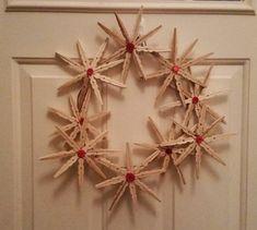 Wreath Crafts, Craft Stick Crafts, Diy Wreath, Flower Crafts, Diy And Crafts, Christmas Crafts, Christmas Door, Door Wreaths, Clothes Pin Ornaments