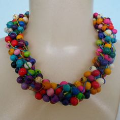 Maxi colar colorido feito com sementes de açaí, Esse colar é torcido na hora de usar, se preferir pode usar sem torcer. R$ 25,00