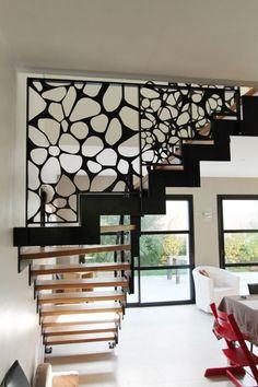 île Lannic acier : escalier moderne, en bois, avec un limon crémaillère métallique. Le limon central est en acier, le support de la main courante en inox.