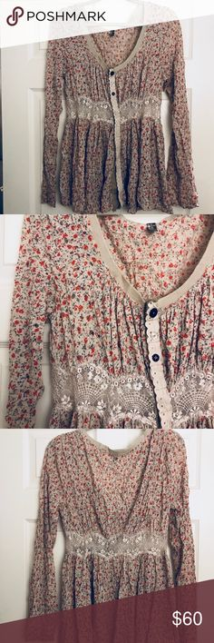 Free People Floral Top This top is in great condition and could fit a lot of different shapes- the tag says medium. Adorable detailing in buttons and midriff. Free People Tops