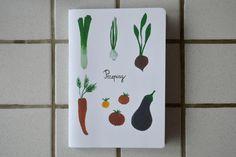 Notes na przepisy, te nowe i te które są w Twojej rodzinie od pokoleń. Dla wszystkich, którzy kochają gotować i spędzać rodzinnie czas przy stole.Projekt i wykonanie: Magdalena Jasińska