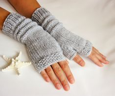 For Beginners How To Start Gray Fingerless Gloves Graue Handschuhe Pink Mittens, Crochet Mittens, Pink Gloves, Grey Gloves, Crochet Hand Warmers, Hand Crochet, Crochet Braid, Crochet Granny, How To Start Knitting