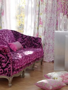 purple sofa - love it Hm Deco, Do It Yourself Design, Purple Sofa, Purple Velvet, Funky Furniture, Dark Furniture, Take A Seat, Sofa Chair, Chair Cushions
