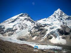 Trekking solidário ao Everest 2017  17 dias  Kathmandu  Kala Pattar  EBC Data:  09/04/2017  25/04/2017  Além de visitarmos paisagens incríveis que são dominadas pelas montanhas mais altas e famosas do mundo faremos um mergulho na cultura oriental convivendo com os povos das montanhas os Sherpas e compartilhando lodges e restaurantes frequentados pelos alpinistas que desafiam as mais belas montanhas do Nepal num passeio que nos faz repensarmos o significado da vida.  Vista do Everest e Nuptse…
