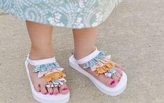 Hacer delicadas sandalias para niñas