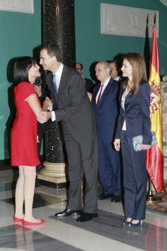 Don Felipe y doña Letizia apoyan a las víctimas del terrorismo en su primer acto como Reyes  Irene Villa ha descrito a los Reyes como 'cariñosísimos y muy sensibles. En la imagen, saludando a Felipe VI © Gtresonline