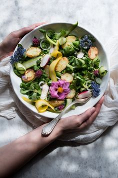 VEGAN SPRING SALAD WITH WARM POTATOES & food photography workshop. This salad just shouts Spring! It's got lots of different textures and flavours and is one of my all time favourite Spring dishes. The Little Plantation Salad Recipes, Vegan Recipes, Vegan Food, Whole Food Recipes, Dinner Recipes, Quinoa Salat, Spring Salad, Spring Food, Dinner Ideas