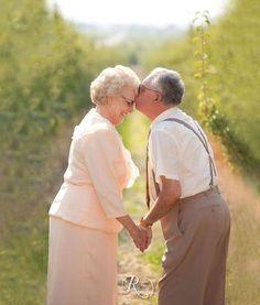 Nunca é tarde para encontrar a pessoa certa, e esses 25 casais de idosos provam…