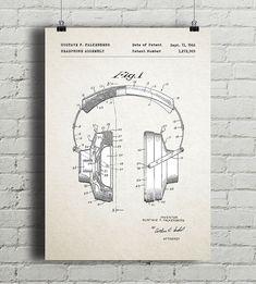 Plakat z reprodukcją patentu na konstrukcję słuchawek, autorstwa Gustave F. Falkenberga. Patent o numerze 3,272,969 został udzielony w 1966 roku przez Urząd Patentów i Znaków Towarowych Stanów Zjednoczonych.  Drukowany za pomocą ekologicznych, bezwonnych tuszy pigmentowych EPSON UltraChrome HD Ink. Wyd ... Posters, Cover, Books, Design, Libros, Book, Poster, Book Illustrations