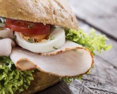 White Chicken Burger abnehmen: www.fourchette-and . - [board_name] - Bikini Pizza Buns, Bagel Sandwich, Snack Recipes, Healthy Recipes, Fast Healthy Meals, Delicious Burgers, White Chicken, Summer Recipes, Finger Foods