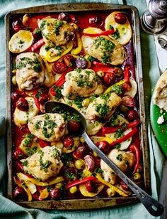 This is fantastic and so easy to make! The perfect Sunday lunch! Chicken, chorizo, peppers and potato one-pot roast - place all the ingredients into one pot and just wait and see how delicious this turns out. One Pot Meals, Main Meals, Cooking Recipes, Healthy Recipes, Baker Recipes, Cooking Time, Healthy Meals, Keto Recipes, Healthy Food